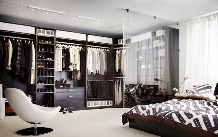 Schlafzimmer mit PAX Kleiderschrank, TIRUP Drehsessel, STOCKHOLM Bettwäscheset
