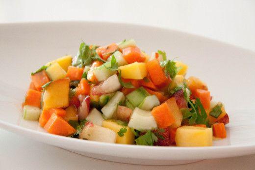Asiatischer Salat mit Mango, Pfirsich, Gurke und Koriander. Ein veganes Rezept von meinesvenja.de
