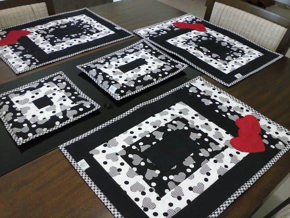 Lugar Americano para deixar sua mesa de jantar mais charmosa e elegante!  Peça em patchwork produzido em tecido 100% algodão e  manta acrílica resinada. Medida aproximada: 45 x 32 cm.  O valor corresponde a uma peça.   Desconto a partir de 6 peças.  Posso fazer descansos para travessas no mesmo tema. Consulte!  Você pode escolher cores e estampas. Veja os tecidos que tenho aqui: http://www.elo7.com.br/amostra-de-tecidos/dp/280881 R$ 35,90