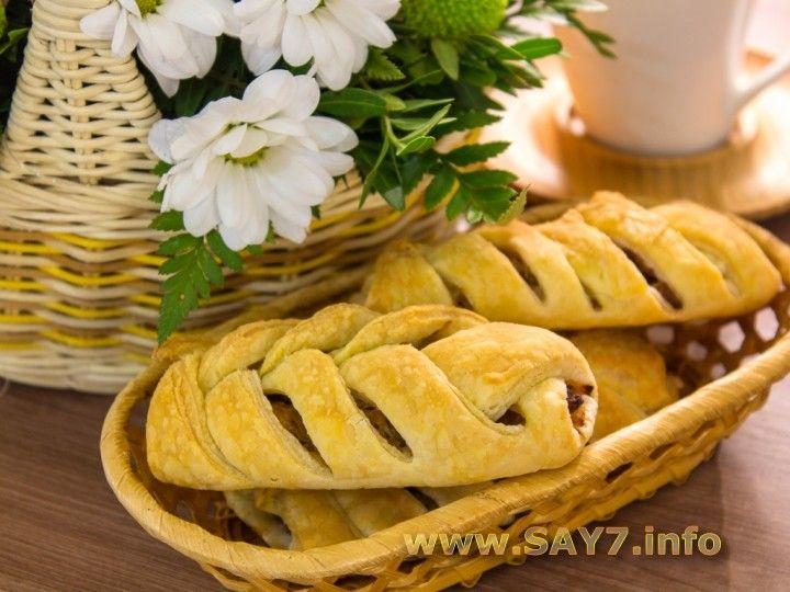 Пирожки из слоеного теста с капустой, беконом и фаршем