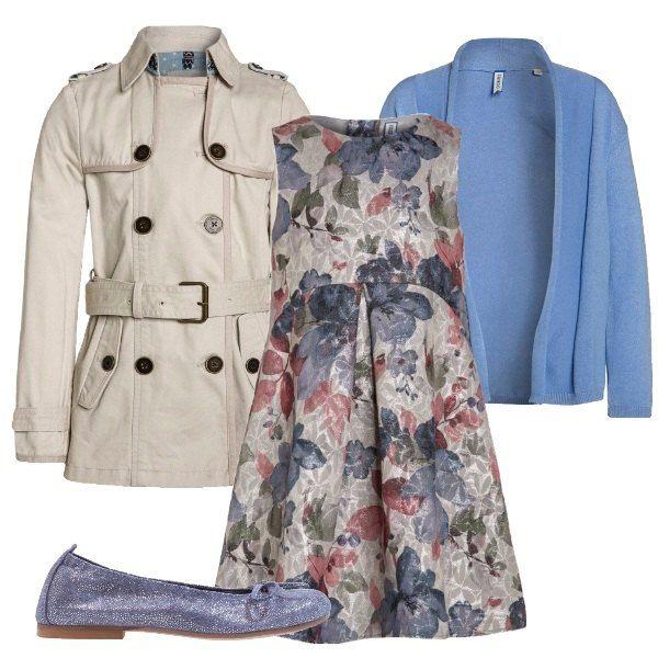 Questo outfit, adatto per una festa di compleanno, è composto da vestito con fantasia a fiori, cardigan in viscosa celeste, trench beige e ballerine scamosciate .