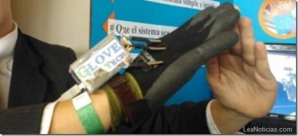 Este guante convierte el lenguaje gestual en sonidos (impresionante) - http://www.leanoticias.com/2013/04/29/este-guante-convierte-el-lenguaje-gestual-en-sonidos-impresionante/