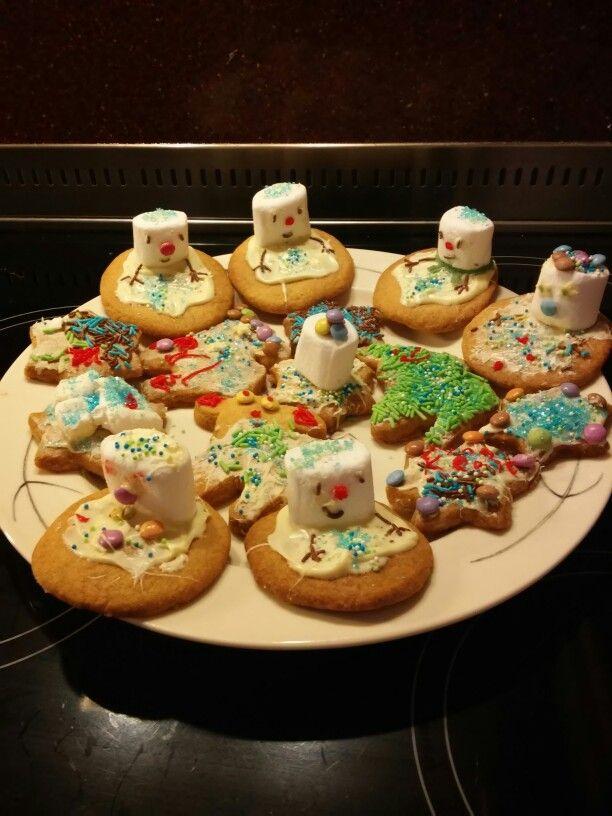 Sneeuwpop koekje marshmallow, gesmolten witte chocolade, hagelslag en decoratie