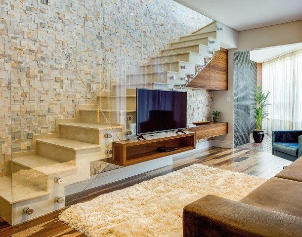 Sala de Tv com escada e parede de pedras