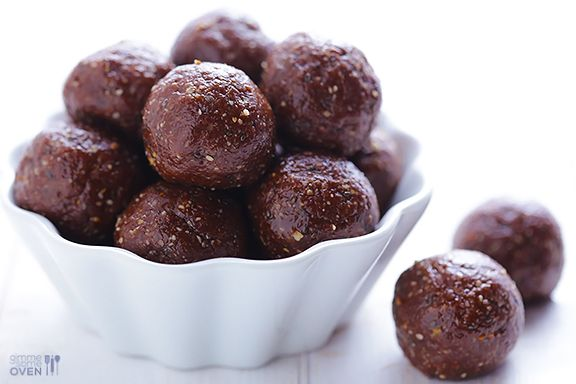Nutella Energy Bites Recipe | gimmesomeoven.com Recipe is pretty far down the page. Use vegan hazelnut butter and it's even healthier! (1/3 sugar)