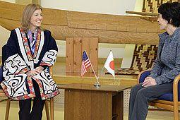 Caroline Kennedy United States Ambassador in Ainu robe. 高橋知事と懇談するキャロライン・ケネディ大使(左)=3日午後0時15分ごろ、アイヌ民族博物館