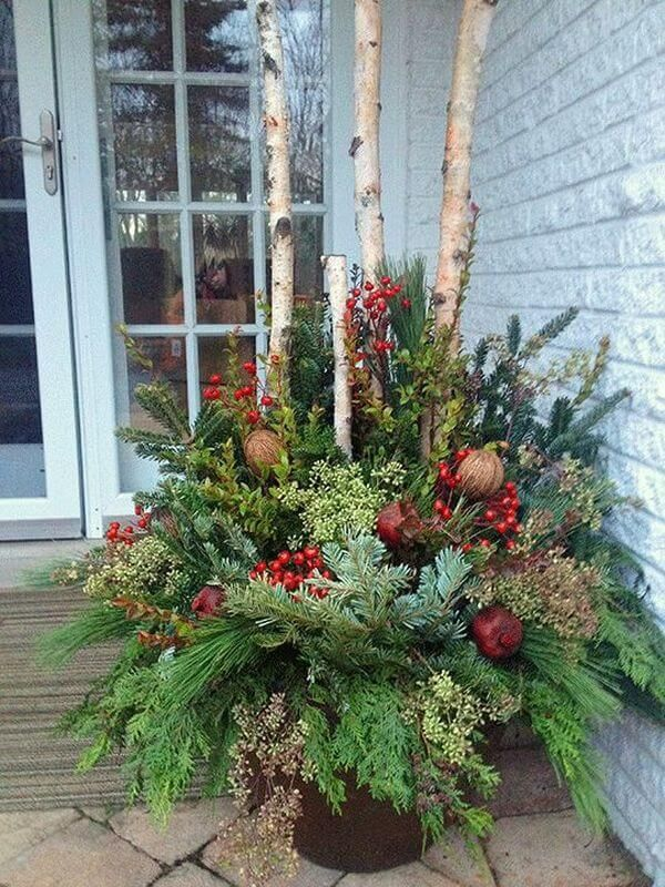 35 Festliche Outdoor-Pflanzer Ideen, um Ihre Veranda für Weihnachten zu schmücken