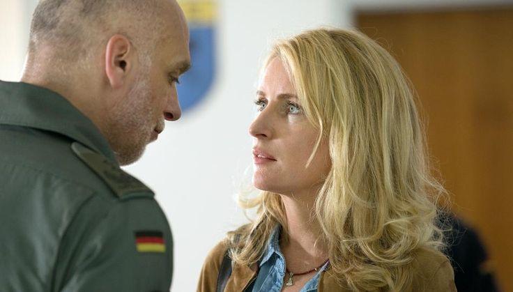 """""""Charlotte Lindholm"""" knutscht im """"Tatort"""" mit dem Chef des Luftwaffen-Stützpunktes."""