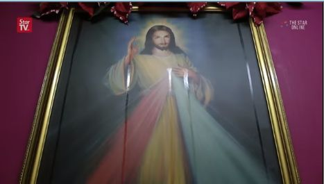 Heboh! Lukisan Yesus dan Patung Bunda Maria Ini Meneteskan Minyak