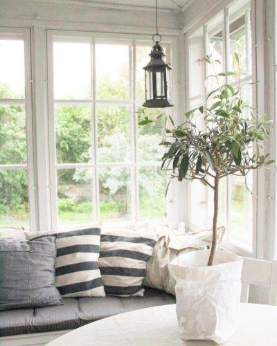 Kesän ihastelua lasiterassin sohvalla