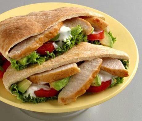 ¿ESTAS DE PASEO Y NO SABES QUE ALMORZAR? Prepara un sándwich saludable y fácil de llevar: INGREDIENTES: • 1 pan pita (pan árabe) • Vegetales frescos (pepino, tomates, lechuga, etc.). • Vegetales cocidos (berenjena, ralladura de zanahoria, zuchinni, etc.) • Tiritas de pollo, Aguacate y queso • Aderezo: yogurt mezclado con albahaca y tus olores favoritos PREPARACIÓN: Abrí el pan y rellenalo con todos los ingredientes Para mas información o Programar su cita de nutrición: Teléfono: 8828-1225