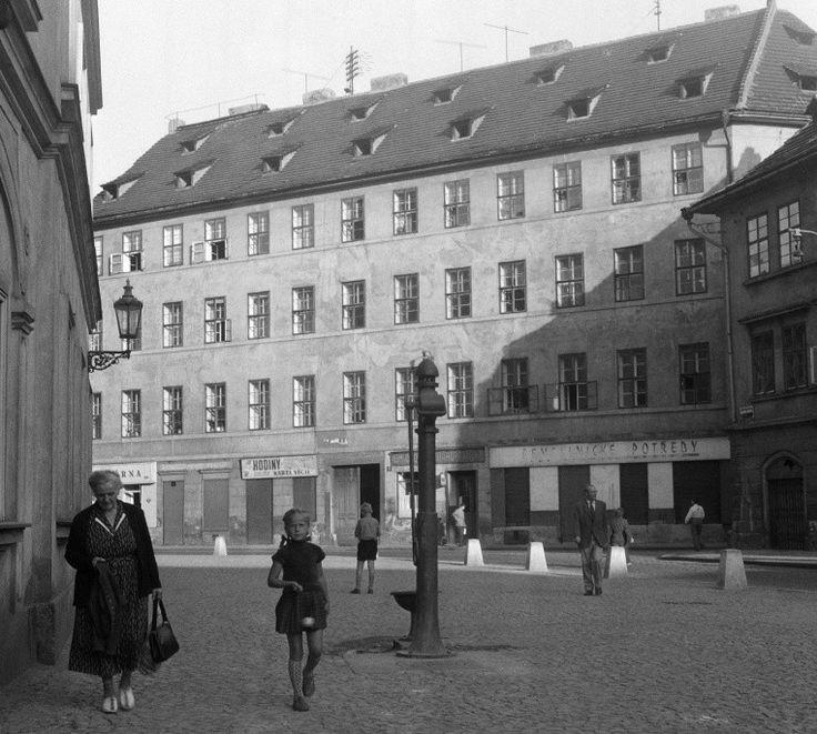 Před Betlémskou kaplí (261) • Praha, září 1959 • | černobílá fotografie, Betlémské náměstí, obecní pumpa, lidé |•|black and white photograph, Prague|