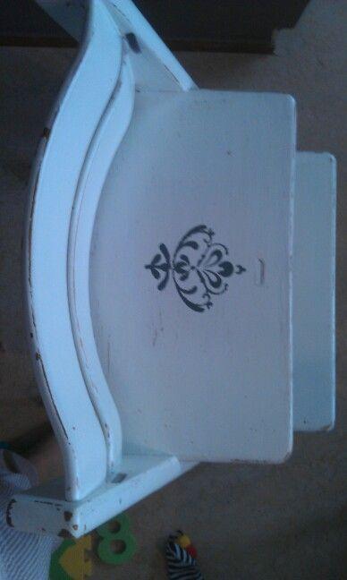 Stöpplat ett tryck på sitsen  hela stolen inkl. Tapet är lackat 4 ggr så den är vattentålig.