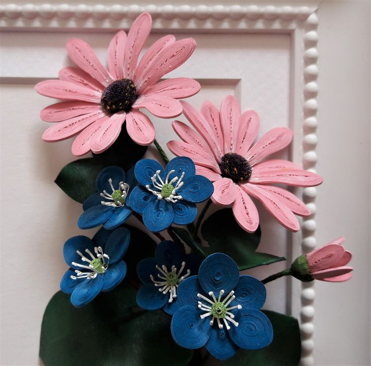 Quilled daisies and hepatica nobilis (https://www.instagram.com/miriamsquilling/)