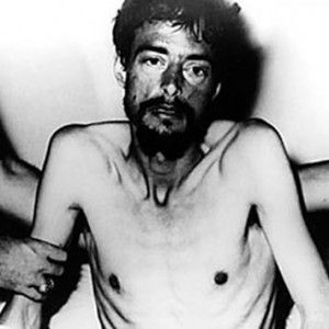 Dieter Dengler: He became the only soldier to escape a prison during the Vietnam War. This one deserves a statue! On June 29, 1966, he and six other prisoners, they decided to escape, taking a pair of arms of the soldiers who were guarding. After three shooting guards, Dengler escaped into a dense forest. He spent 23 days in the jungle, under a scorching heat, under the threat of insects, parasites and awfully hungry before being rescued by an American plane. Only one of the other prisoners…