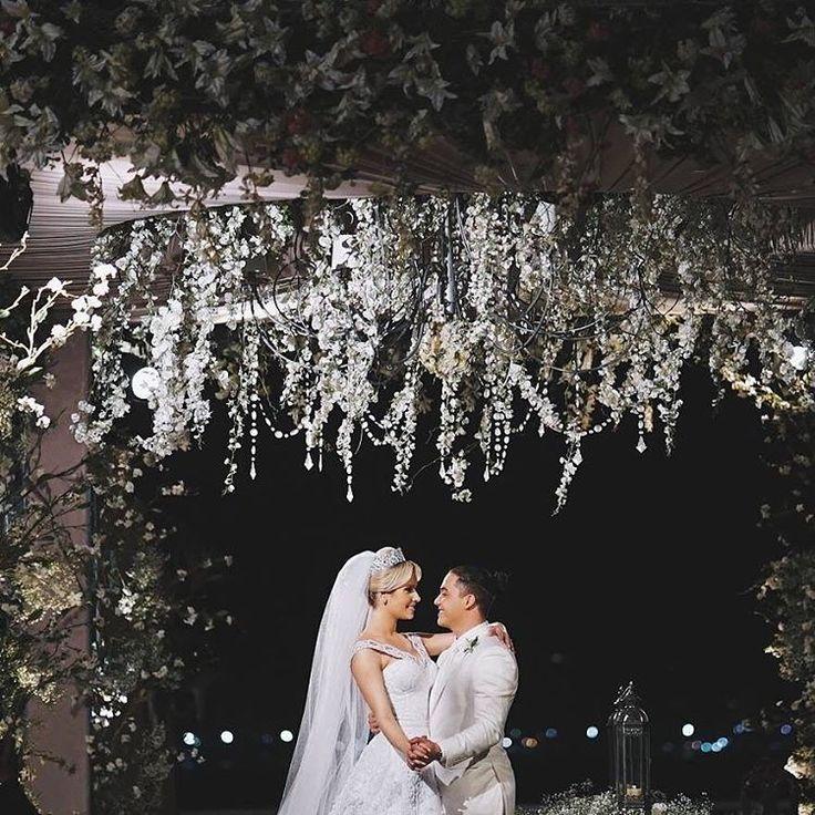 O cantor Wesley Safadão e Thyane Dantas se casaram hoje no Terminal Marítimo em Fortaleza . Estamos apaixonadas ❤️ e vocês o que acharam?? Mais felicidades ao casal.  @coelhofilms 🎥 #couple #wedding #weddingday #casamento #noiva #love #casamentonocampo #casamentonapraia #casamento2016 #casamentonocampo #casamentothyaneewesley #branconoaltar
