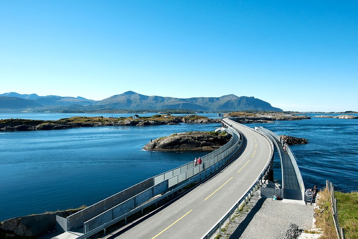 Atlanterhavsvegen is a good example of how people and nature can interact successfully. The seven bridges that arch between the islets and skerries on the edge of the ocean not only present a magnificent view, they are also an outstanding feat of engineering.