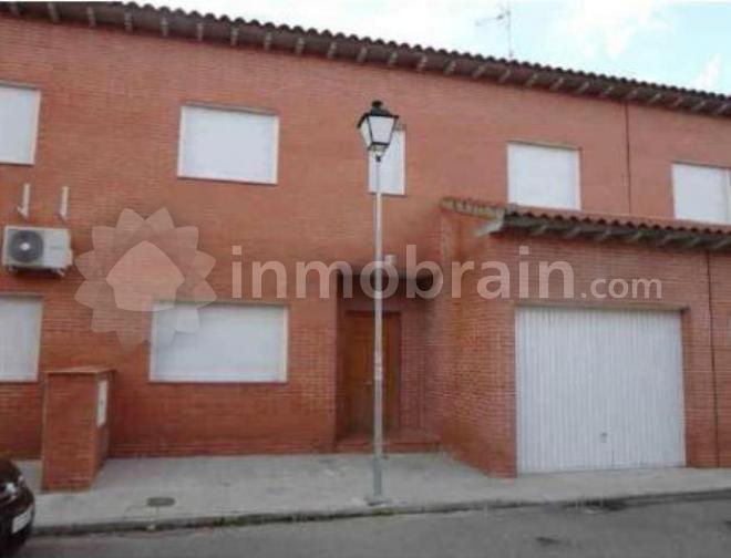 Chalet adosado en la localidad de Carmena con 146 m² repartidos en 4 habitaciones, 2 baños completos, salón comedor, cocina y garaje.