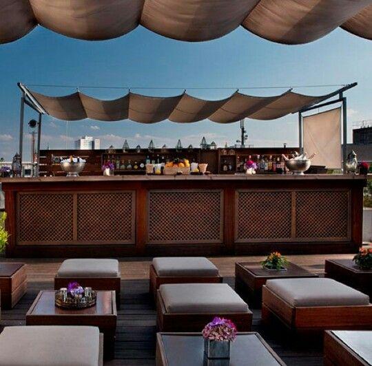 Ein drink auf der dachterrasse des amano hotels mit super blick auf die stadt