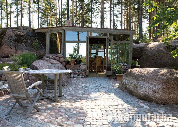 Kallionkoloon taitavasti maastonmuotoja mukaillen rakennettu oleskelutila pidentää kesää mukavasti. www.kotipuutarha.fi