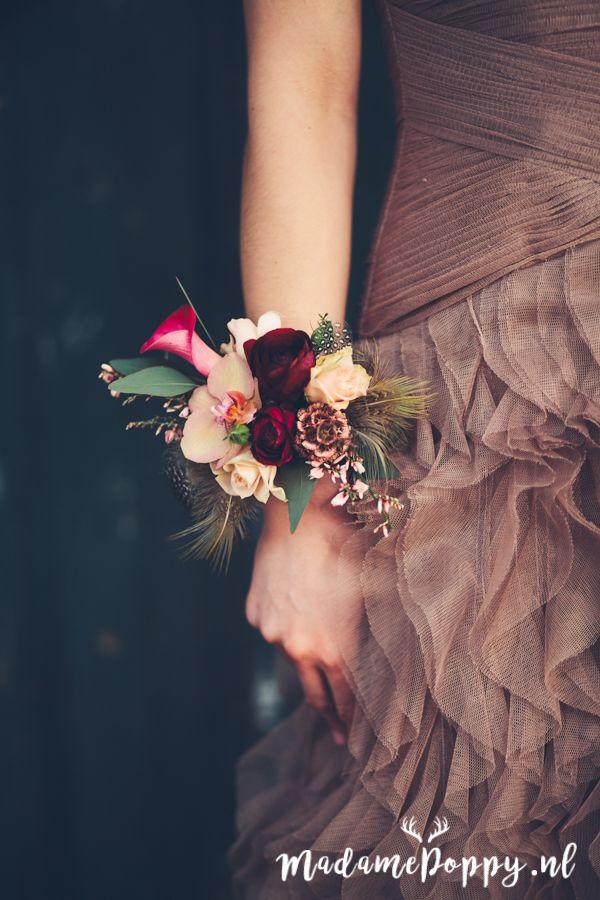 Polscorsage voor je bruiloft ipv bruidsboeket met zalm, bordeauxrood en eucalyptus door @MeesterlijkG