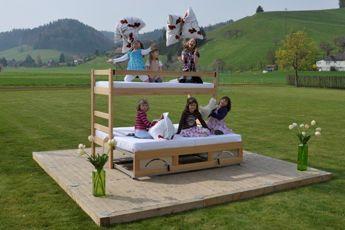 Herr Zaugg stellt im eigenen Betrieb die ZAHO Massivholz-Möbellinie her, Schweizer Produkte. Seine ausziehbaren Betten sind einzigartig auf dem Markt: Liege- und Schlafflächen werden mit wenigen Handgriffen verdoppelt. Zum Etagenbett (Kajütenbett, Stockbett) gibt es das passende Unterschubbett. #kinderbett#hochbett#ausziehbett#gästebett#massivholzmöbel #swissmade#interiordesign#bed www.wohn-punkt.ch