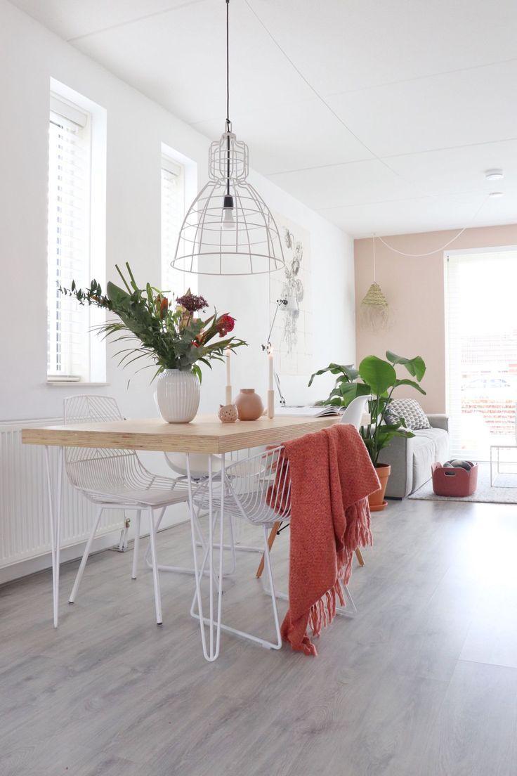Goede Een houten eettafel met haarpijn poten en verschillende stoelen in IL-19