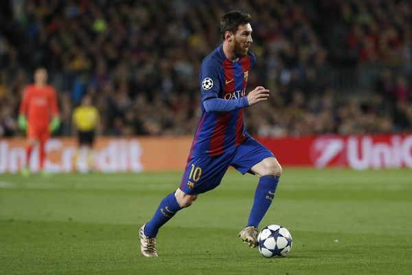Barcelona's Argentinian forward Lionel Messi controls the ball during the UEFA Champions League quarter-final second leg football match FC Barcelona vs Juventus at the Camp Nou stadium in Barcelona on April 19, 2017. / AFP PHOTO / PAU BARRENA