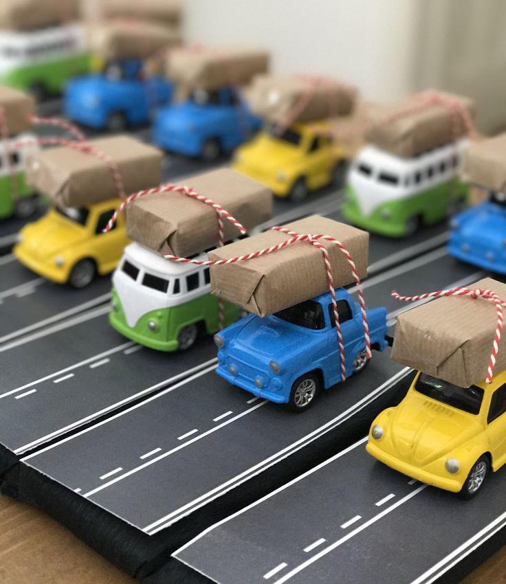 Superleuke traktatie voor afscheid van de peuterspeelzaal. Auto's per drie bij de Hema. Als 'weg' heb ik ontbijtkoek gebruik en ingepakt. In de 'verhuisdoos' zitten rozijnen van de Hema. #diy #traktatie #uitdelen #school #auto