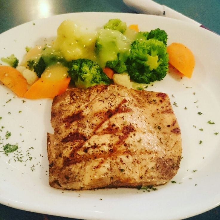 Grilled Wild Salmon and Steamed Veggies with Hollandaise sauce