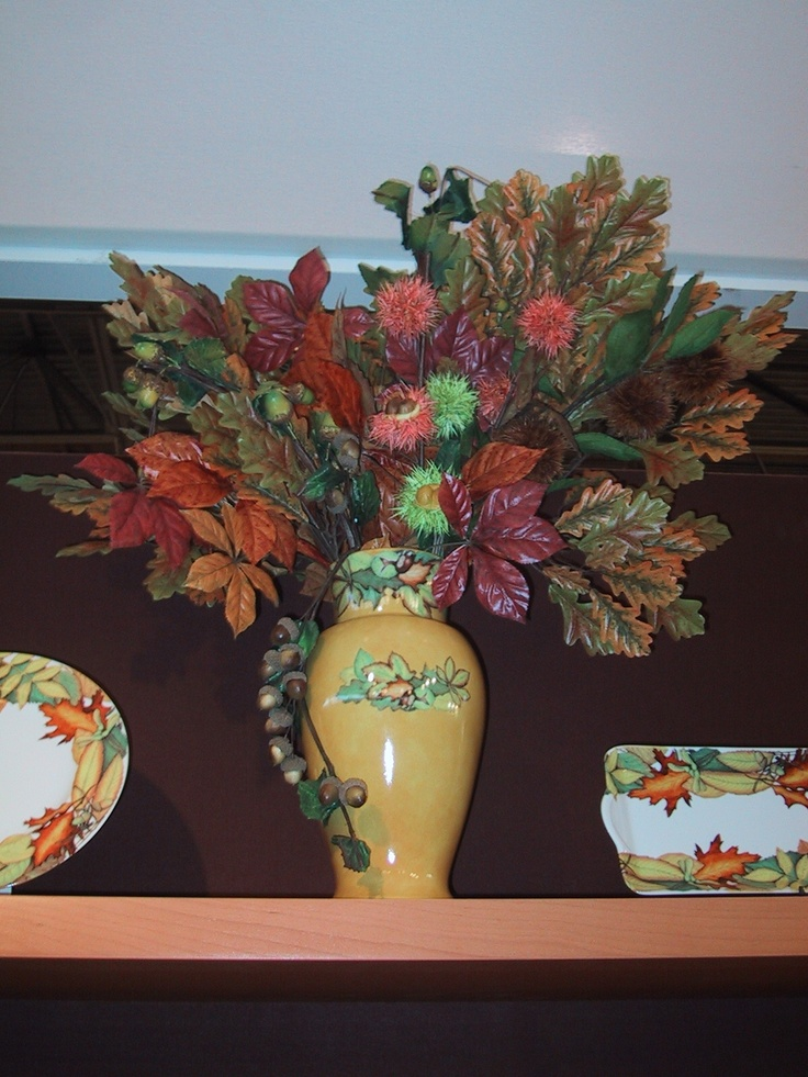 vase -hand painted in Limoges porcelain)- decorated with autumn leaves