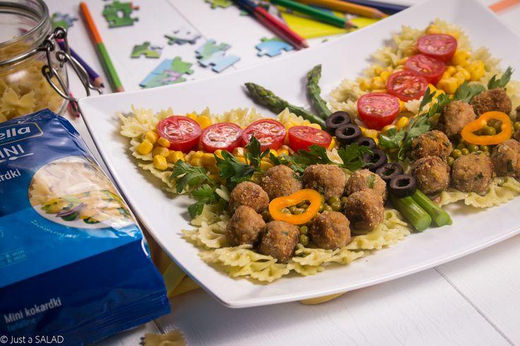 EFEKT MOTYLKA. Sałatka w kształcie motylka z makaronem Mini Kokardki, kotlecikami z indyka i kolorowymi warzywami.
