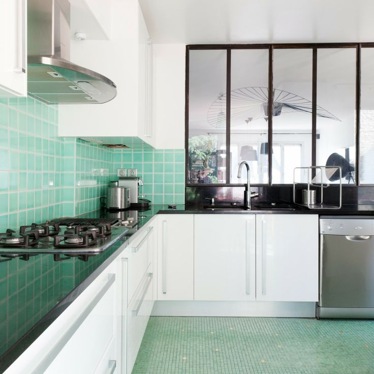 Cuisine turquoise avec verrière, une bonne solution pour gagner en lumière