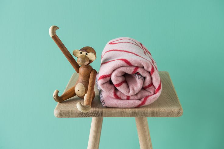 Apekatten fra Kay Bojesen er et supert gavetips til barn i alle aldre. De aller minste ville nok også blitt glade for det deilige barneteppet i lammeull i samme serie.  Du finner utvalget i din Designforevig-butikk