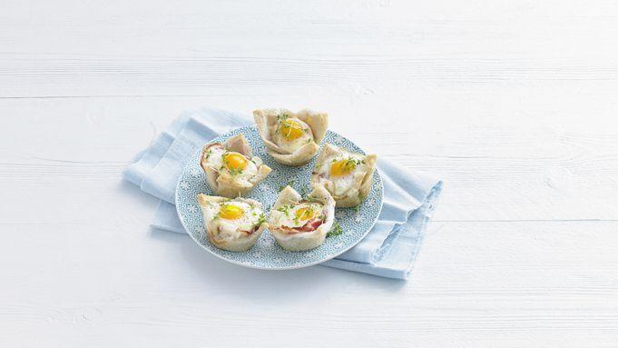 Kijk wat een handige video op Allerhande! Ontbijtquiches van brood, spek en ei
