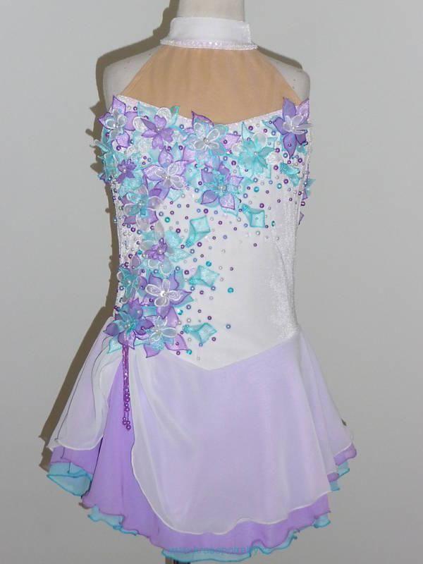 Nádherné a velmi dívčí šaty ze strečového sametu a trojité šifónové sukně. Zdobeno aplikacemi, flitry a korálky. šaty jsou šité na míru kupujícího.