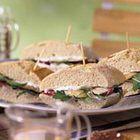 Mini stokbrood-sandwiches met gerookte forel