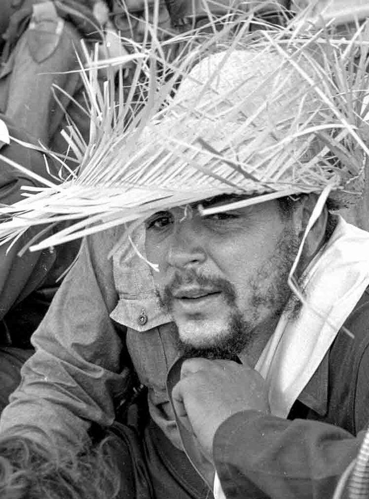 Ernesto Guevara asiste a la celebración del Día Internacional de los Trabajadores el 1 de mayo de 1961 en la Plaza de la Revolución de La Habana