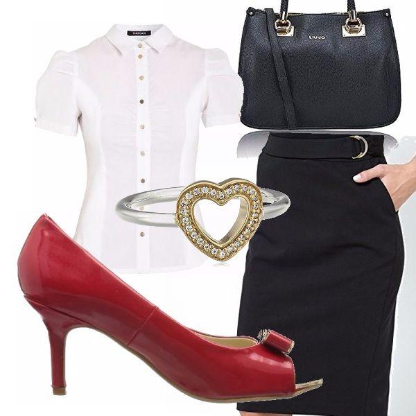 Outfit gon gonna a tubino con dettaglio fibbia argento e riprende i dettagli della borsa. La camicia bianca ha una linea romantica così come la scarpa con il fiocco.