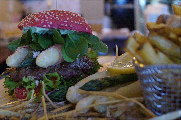 Burger mit 160 g Bio-Beef im Red Bun  frischer Parmesan-Spargel Mix (Belitzer Spargel und Grüner Spargel), angegrillter Kochschinken, frischer Feldsalat und Petersilien-Basilikum-Mayo.
