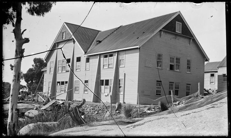 The Chalet, Mt Buffalo. Construction of north wing, including dining room and cafe, under V.R. management. c. 1925. (State library of Victoria collection)
