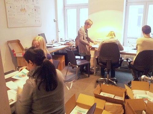 Dienstag, 20.01.2015: im Crealiity Büro wird mit Hochdruck gearbeitet ! Die Crealliting Mappen sind einen Tag später als vereinbart geliefert worden .....