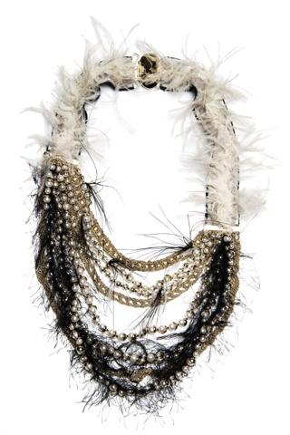 Collar Diorling, con cuentas de cristal y de metal, hilos y cadenas metálicas, y ribete de tela desflecado, de Dior.