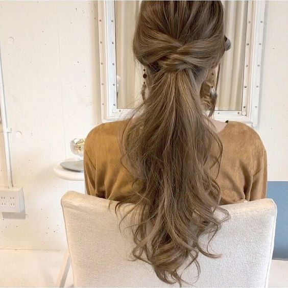 See you soon glamorous with his wavy ponytail             How would you like to be inspired by this hairstyle?         If you want to participate in invitations with bright and eye-catching hairst... Wavy hair
