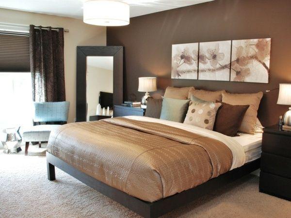 le mur marron et les peintures dans la chambre coucher