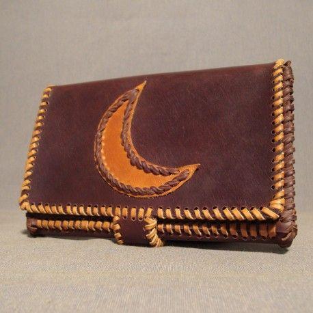Cartera billetera de cuero de ternera de 1ª calidad, con departamento para las tarjetas , billetes y monedero, con motivo de luna bordada en la solapa.