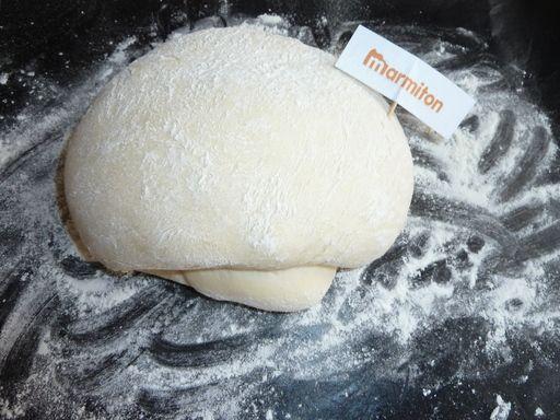 """Pâte à pizza pour MAP (machine à pain) 25 cl d'eau tiède - 5 cl d'huile d'olive - 1/2 cuillère à café de sel - 440 g de farine blanche - 1 sachet de levure boulangère spéciale pain - herbes de Provence,   Mettre tous les ingrédients dans la cuve de la machine à pain dans l'ordre donné ci-dessus. Choisissez le programme """"pâte"""".  Travailler légèrement la pâte, laisser gonfler environ 20 mn au chaud avant d'étaler et de garnir."""
