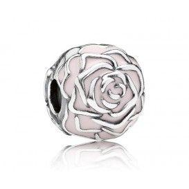 Pandora 'Roze Roos' bedel 791292EN40, zilveren roos clip-stopper bedel met lichtroze emaille. Deze roze roos clip heeft een oogstrelend design.