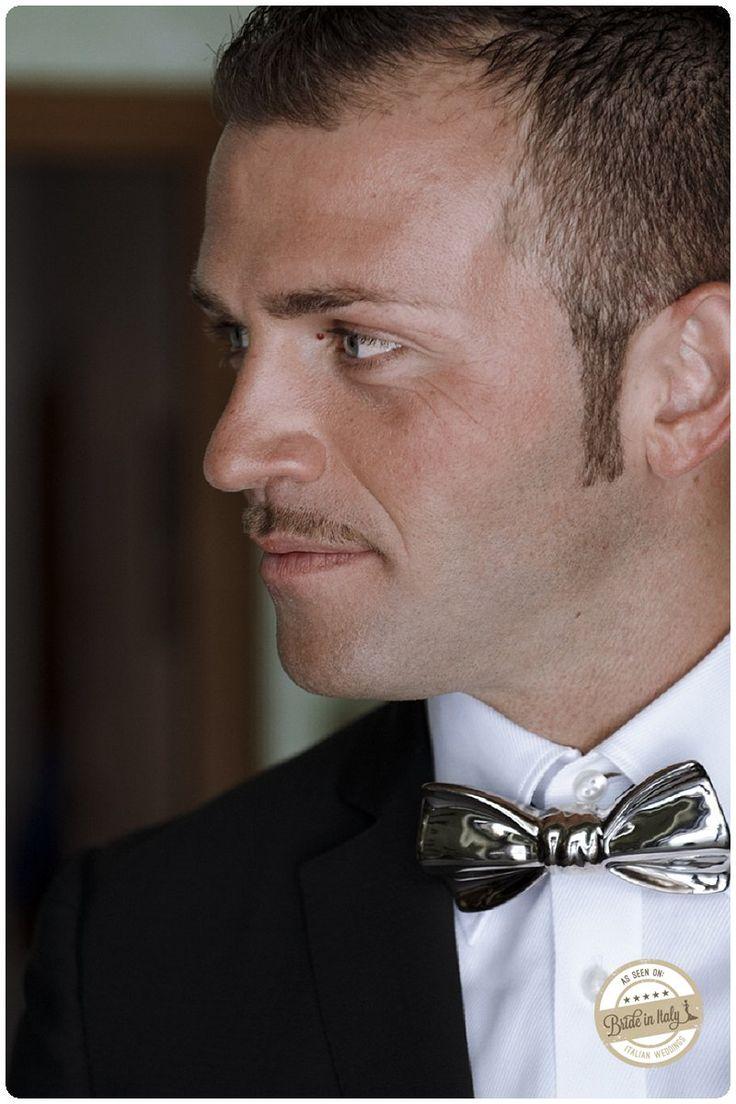 A ceramic bow tie: an original accessory for a groom, ph Gradisca Portento #italianstyle #wedding http://www.brideinitaly.com/2013/10/gradiscaportento-silvi.html