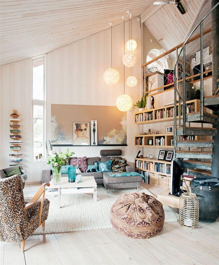 J'aime tout : base blanche sur parquet très clair, canapé gris, touches de bois clair, tissu chaleureux, et le grand groupe de suspensions pour accessoiriser un plafond haut... J'adore